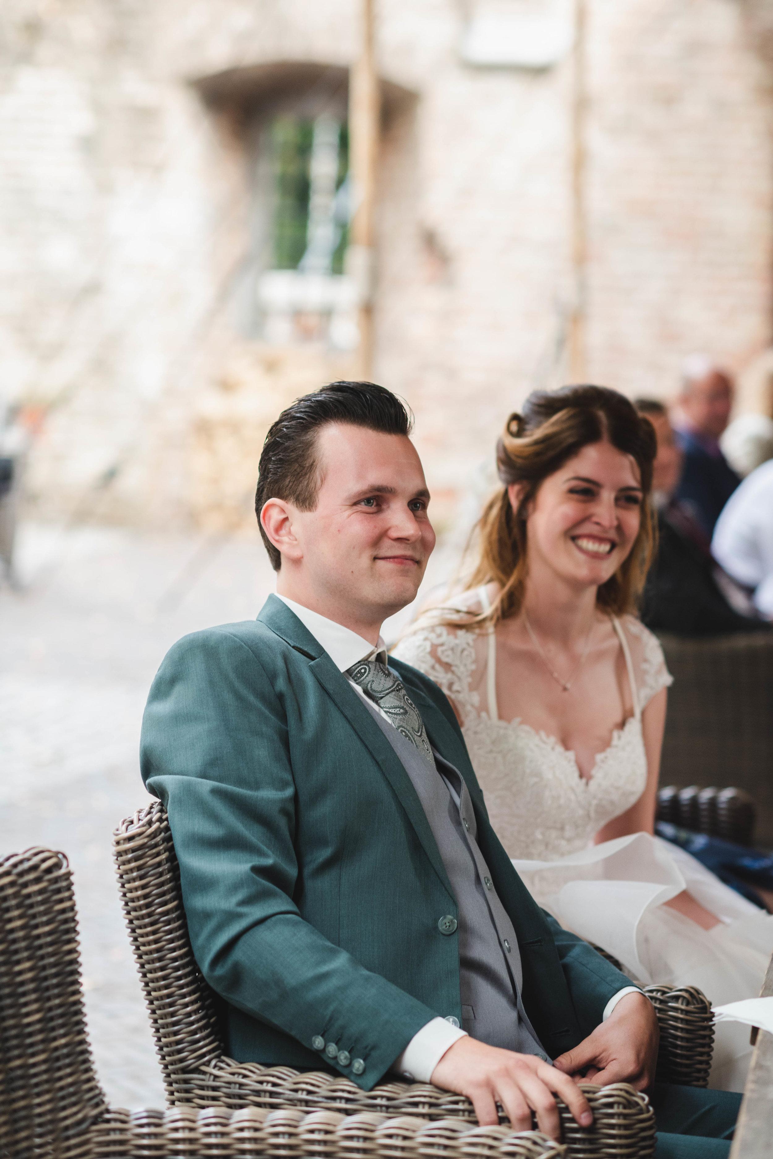 De bruidegom kijkt naar de speech van zijn vader. Deze emoties zijn mooi om terug te zien in een bruidsreportage.