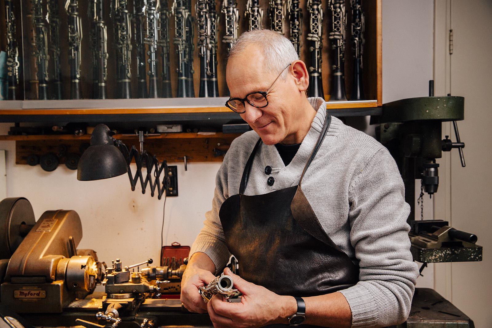 Casper van der Spek onderzoekt een klarinet voor reparatie