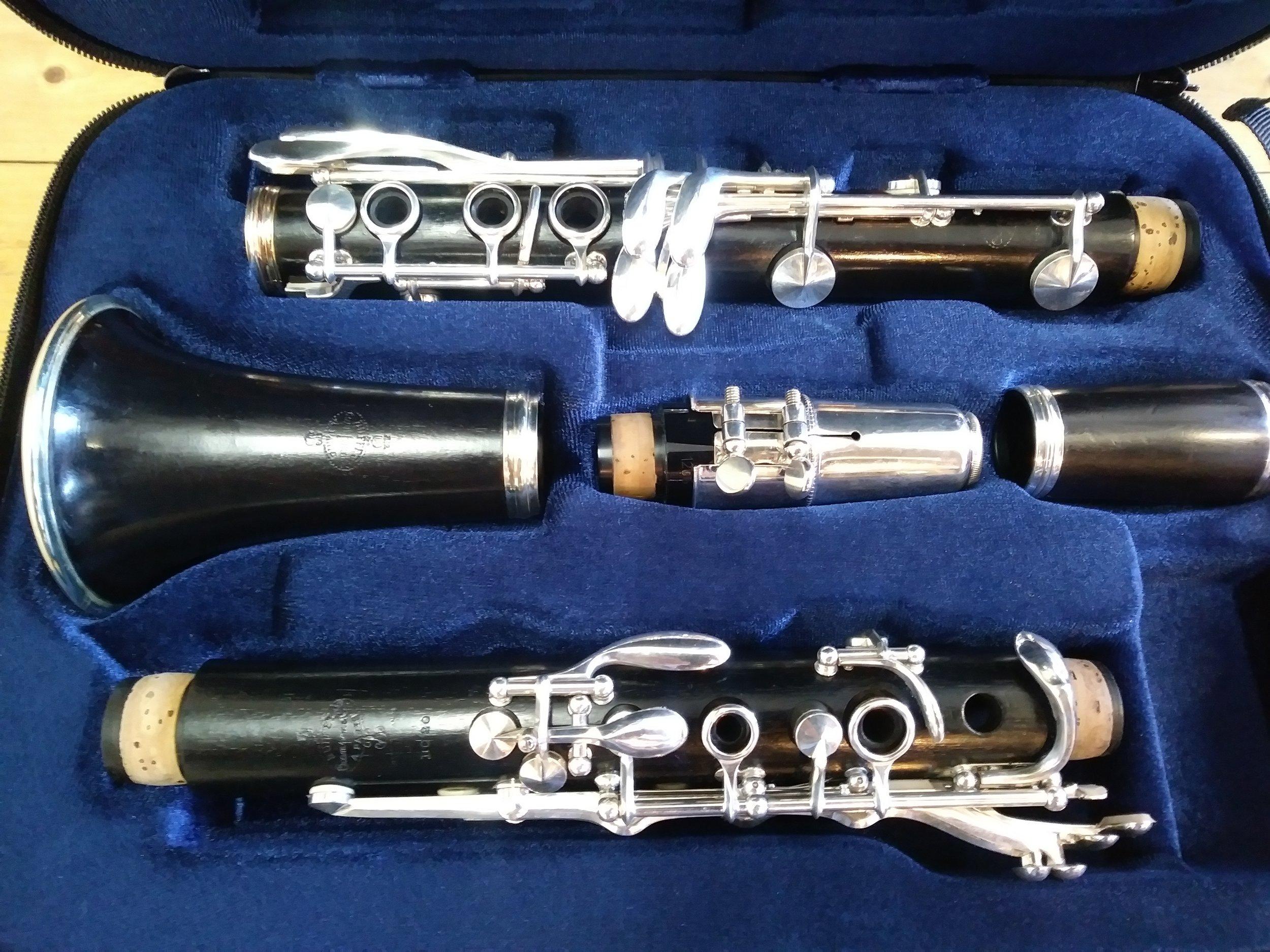 Merk  : Buffet Crampon.   Serie nr  : F 117209   Type  : BC 20   Geraamd  : Bb   Uitvoering  : 17/6   Applicatuur  : Geheel nieuw verzilverd.   Corpus  : Grenadilla   Prijs  : € 800, - Verkocht.  Omschrijving: Geheel opnieuw verzilverde applicatuur. Klarinet in een mooie nieuwe koffer, geleverd met schouderbanden.  Een klarinet met een warm en egaal timbre.