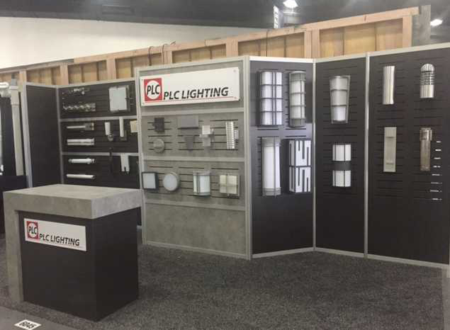 Modular trade show booth with interchangeable displays