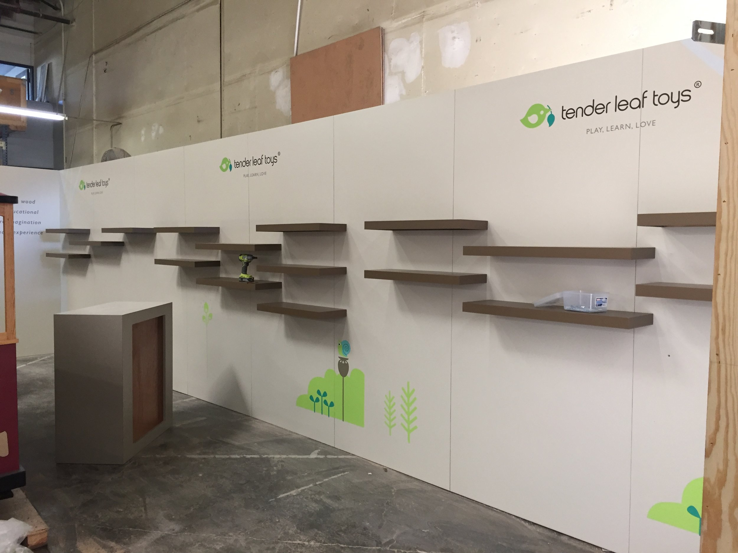 Moveable shelves in modular/portable booth