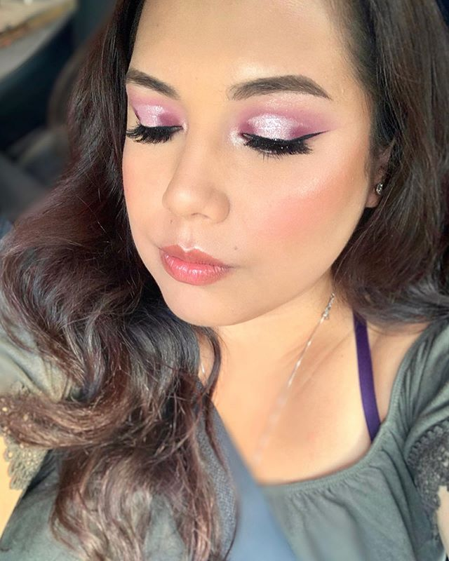 Cuando dices voy hacer un look natural y termina  así 😅 ———— When you start with the idea of doing a natural look but you end up like this 😅  Products / Productos ✨✨ Brows / cejas : @makeupforeverus  Lashes /pestañas : @kissproducts #kissproducts  Eyeshadow/ sombra : @shopvioletvoss  Eyeliner / delineador : @sephora  Mascara : @toofaced  Foundation / base : @anastasiabeverlyhills  Concealer / corrector : @urbandecaycosmetics  Bronzer/ bronceador : @bhcosmetics  Highlight / Iluminador : @fentybeauty  Lips / Labial : @urbandecaycosmetics . . . . . #nycmakeupartist #nymua #bridalmakeupnyc #queensnymakeupartist #nycmakeup #muanyc #latinamakeup  #nycfreelancemua #bridenyc#nycfreelancemakeupartist  #indianbridalmakeup #automaquillajenyc #maquillajenyc #maquillistaennewyork #clasesdemaquillajeennewyork #nycprommakeup  #nycmaquillaje #nycmakeup #nycmakeupartist #makeupglownyc #nycmua
