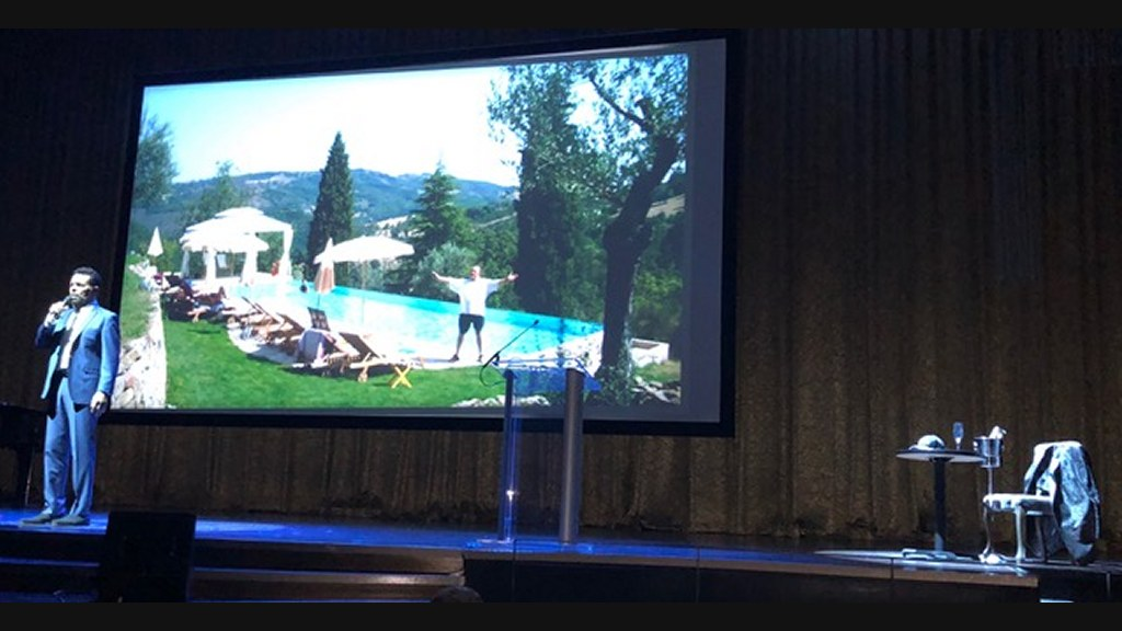 """Clint Holmes sings """"Hallelujah"""" at Robin Leach memorial on Friday. At right: a table with a glass of champagne and a bottle on ice and an empty chair. Courtesy photo"""