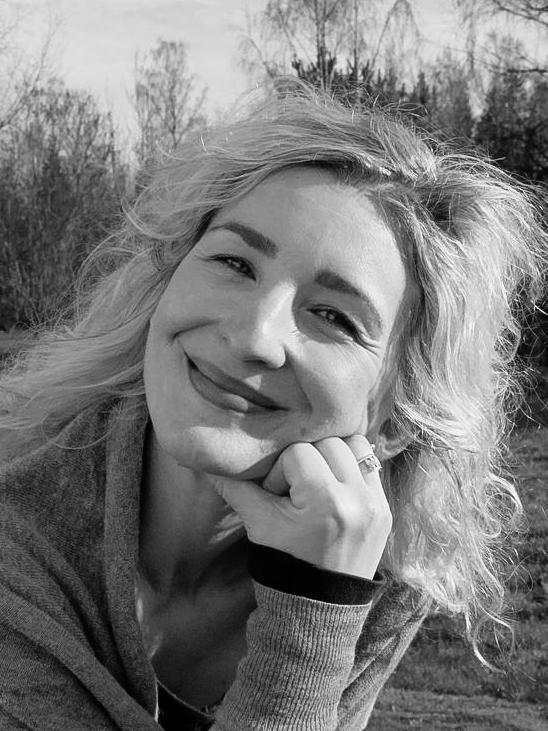 Ana Paula Geisler - Ana Paula har en 200 timmars utbildning hos Nordiska Yogainstitutet som Viryayogalärare och en vidareutbildning i Virya Rehabyoga som en del i en 500-timmarscertifiering.Ana Paula är utbildad advokat från Brasilien och flyttade till Sverige 1998. För att hantera nedstämdhet pga den långa svenska vintern började hon yoga och meditera. Övertygelsen att yoga och meditation har en stor positiv inverkan på hur vi ser på livet har drivit henne att utbilda sig inom yoga för att kunna inspirera andra.Till vardags jobbar Ana Paula som chef på ett tillverkande företag.