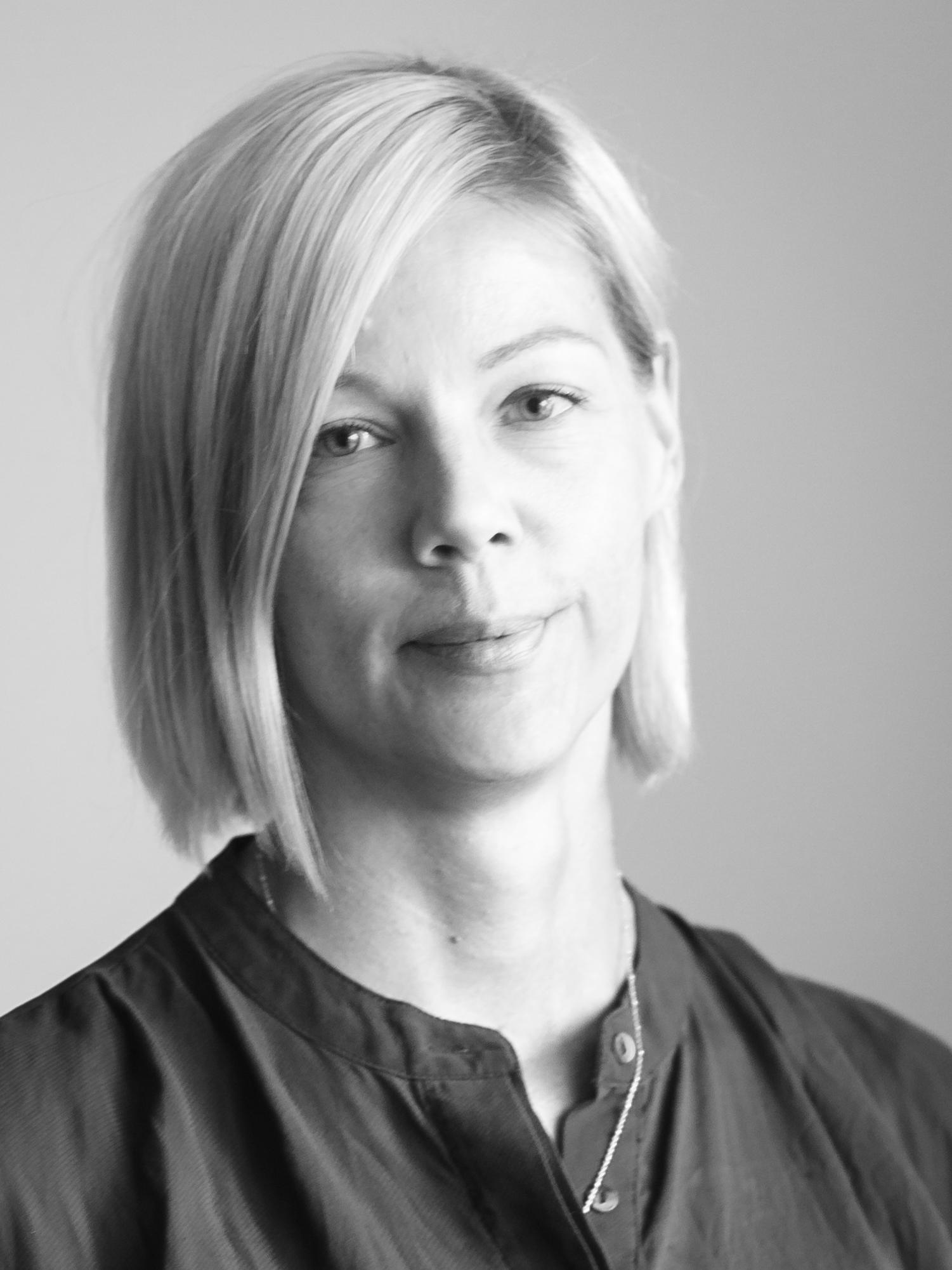 Nina Virkkala - Nina är Resilient Yoga & Movements grundare, vid sidan av sitt jobb som ekonomichef. Hon är Viryayogalärare (RYT-200) och har en påbyggnad som Virya Rehabyogalärare som en del i sin kommande 500-timmarscertifiering hos Nordiska Yogainstitutet. Ninas yogautövande bottnar i mångåriga ryggproblem, så hon har ett särskilt intresse för smärtforskning och hur rörelse, kroppsmedvetenhet och andning kan både förebygga och rehabilitera långvarig smärta.