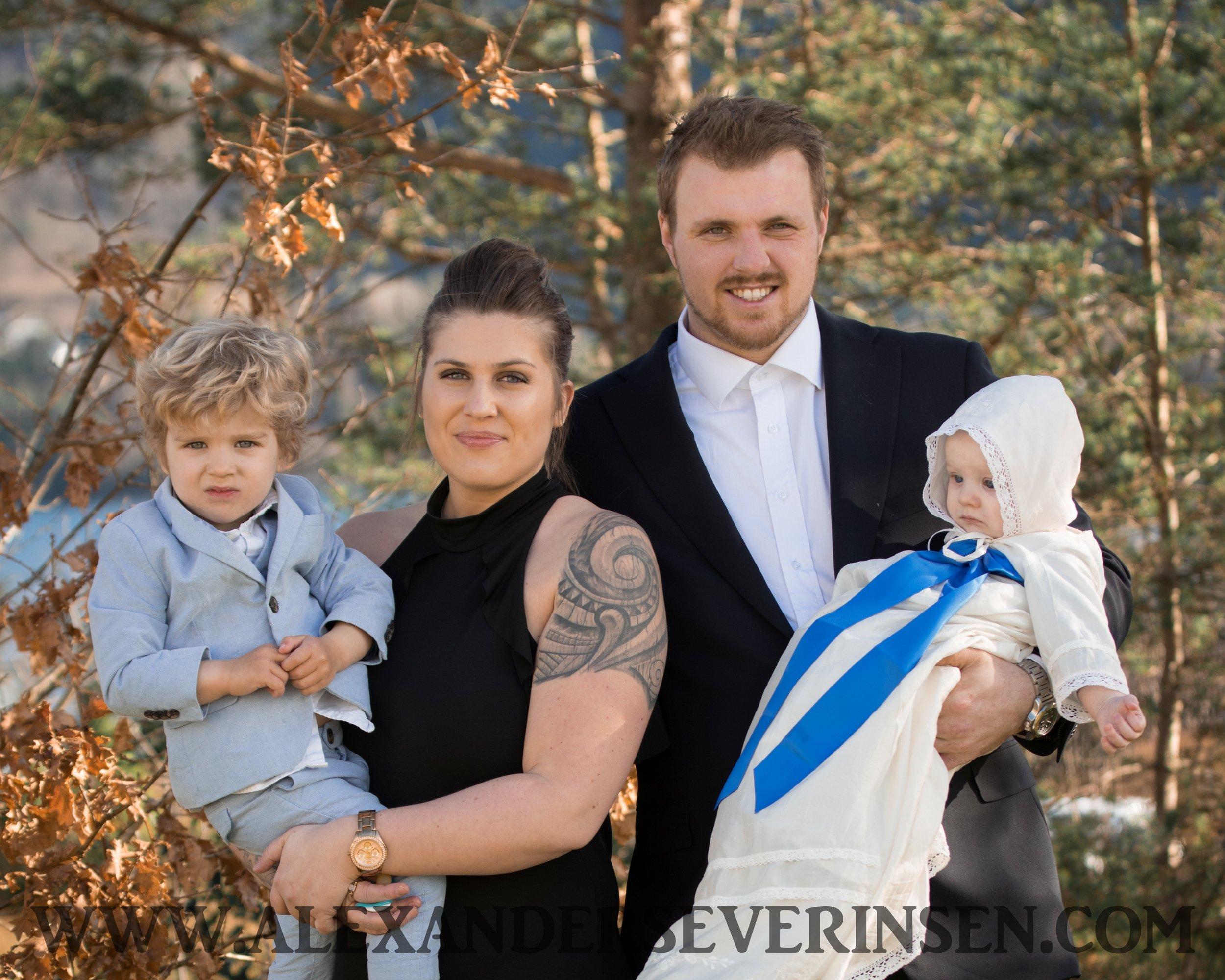 DÅP - *10-15 høyoppløselige bilder i farge, portrettene vil også ha en variant i svarthvitt.*fotografering i kirke under seremoni og etter seremoni med familie,besteforeldre,søsken,faddere osv.*Pris 2999,-