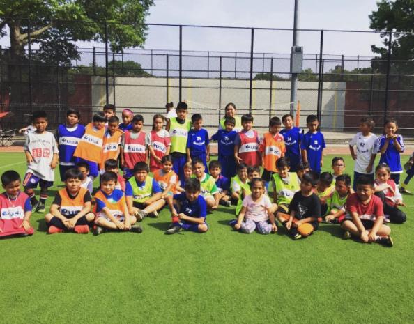 Street Soccer USA esta encontrando espacios más pequeños para que niños necesitados jueguen fútbol. Aproximadamente un 45% de los participantes de Street Soccer USA son hispanos. (Foto cortesía de Street Soccer USA)