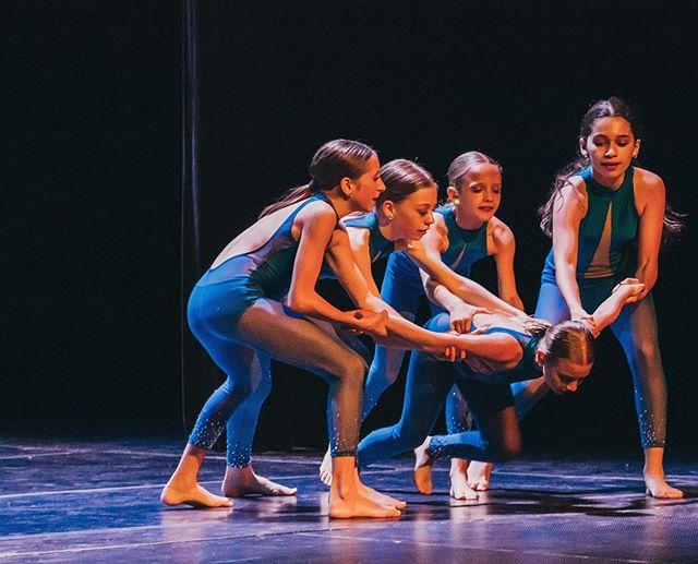 """We rise by lifting others."" 🖤🙌🏽 . . . . .📸: @chloealexisham . . . #E3DC #E3DCfam #E3 #mindbodysoul #dancespiritmagazine #dancer #instagramfordancers #danceclass #dancers #danceshoes #dancerecital #ballet #chicagodance #dancelife #dancestudio #choreography #sportsman #dancefloor #championship #justdance #contemporarydance #fitness #actionphotography  #midwestmoment #insta_chicago #dancersofinstagram #dancegoals #chloehamiltonphotography #patrickjdesign"