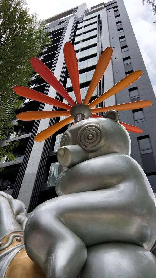 於秀朗路上的晴朗熊雕像/ 廣宇晴朗
