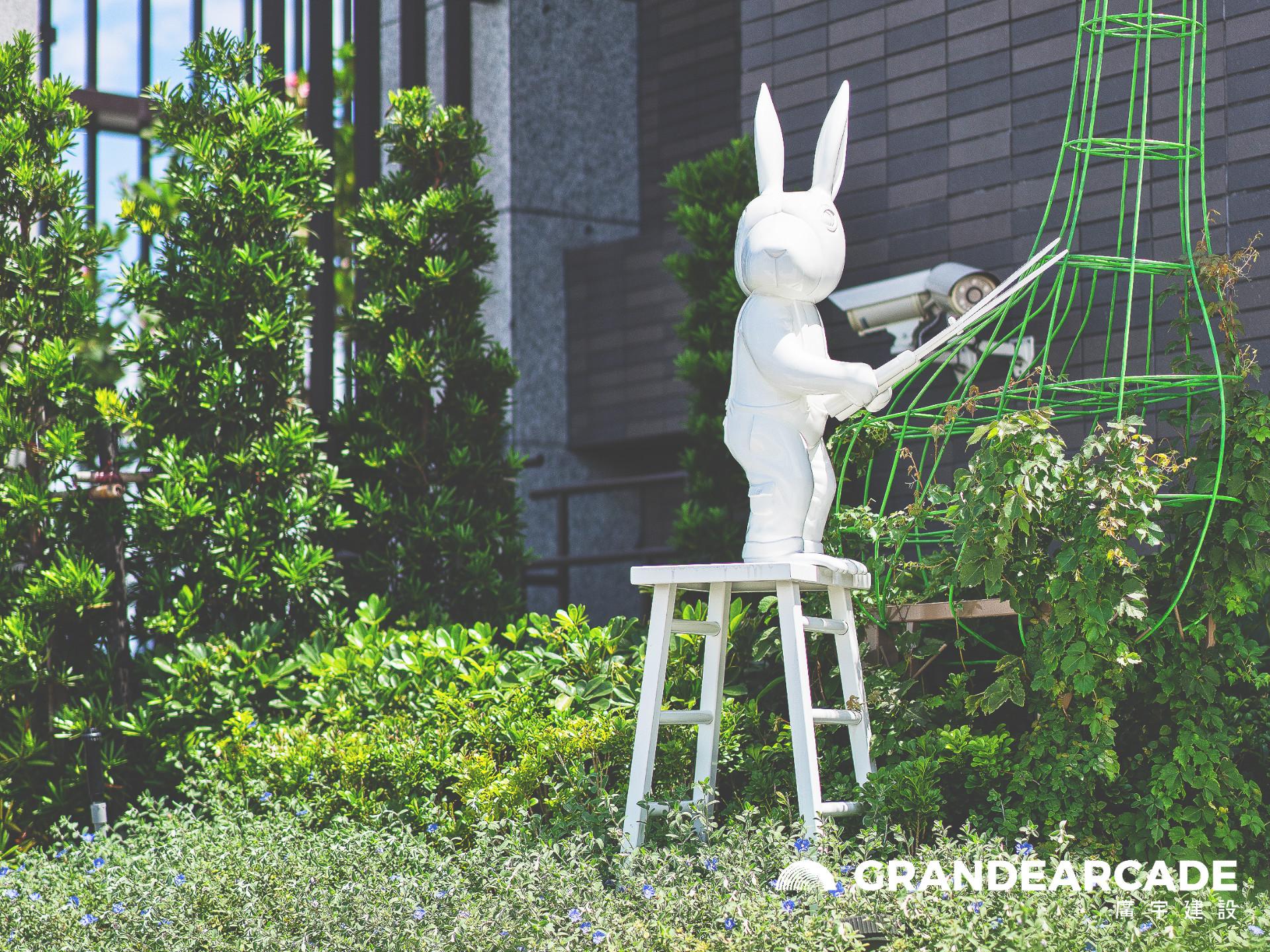 Art Statue 修剪樹枝的兔子