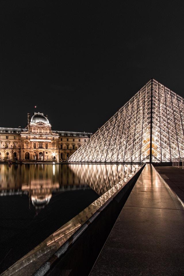 羅浮宮著名的玻璃金字塔夜景。圖片來源:Unsplash