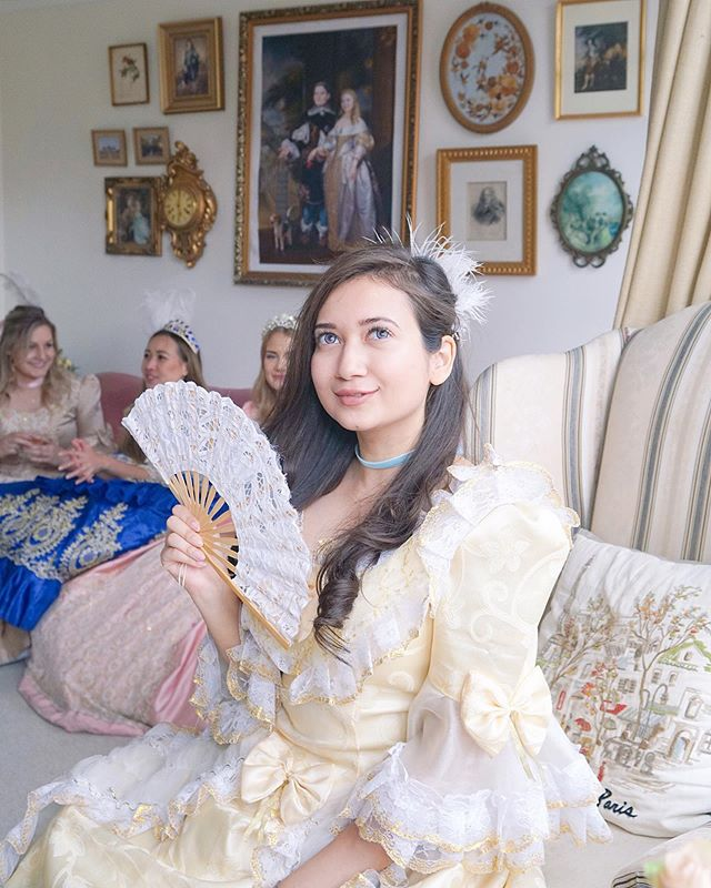 ✨Enjoy the weekend with friends dressed like a beautiful princess. @bsiddlife is channeling Belle ✨