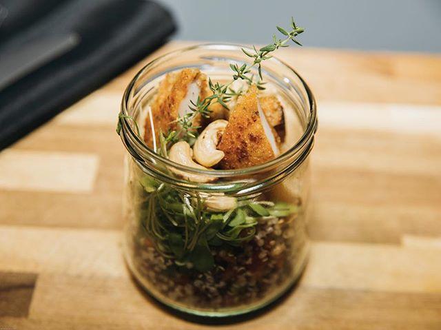 Avez-vous déjà entendu parlé de nos Bocca lunch ?  Des #businesslunch servis dans des bocaux en verre pour garantir la fraîcheur et respecter l'environnement 🌱 Besoin de plus d'info ? Contactez-nous au 0463/59.09.48