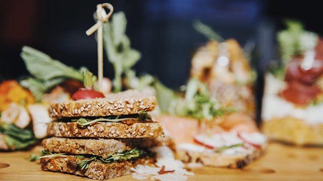 Vous ne savez pas quoi manger ce midi ?  Nous on sait 🤓 Contactez-nous pour plus d'info ! 😋 #laromatetraiteur #businesslunch