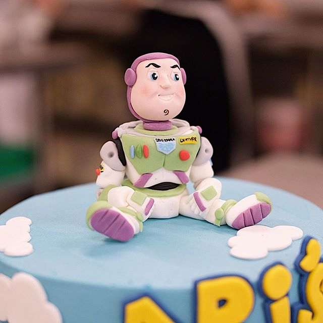 To infinity and beyonddddddddd!! Rosie, we bow down to your sugar paste artistry. You killed this Buzz Light year for Ari's 5th Birthday, last week! ⁣ ⁣ SWIPE TO SEE THE FULL CAKE 👉🏽👉🏽👉🏽 ⁣ ⁣ #crumbsanddoilies #cake #sugarpaste #sculpture #sugarpasteart modelling #buzzlightyear #toystory #buttercream #london #bakery