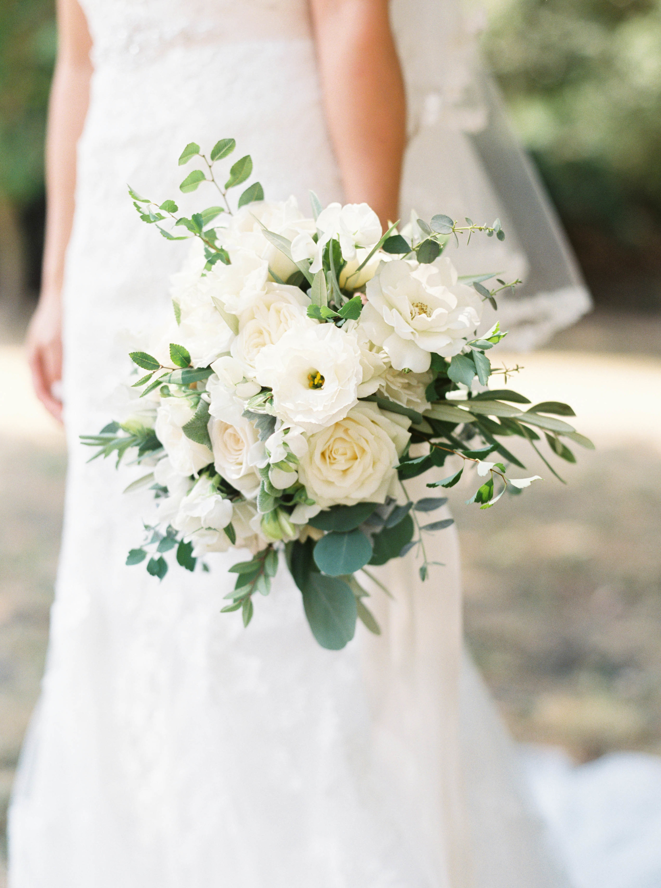 white_bridal_bouquet_Mehan_Flowerstory.jpg
