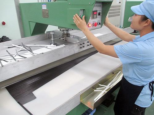 Enrolá-lo com a máquina, para que adquira a forma cilíndrica. A força com que o carbono será enrolado depende do modelo em questão
