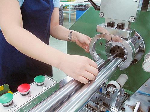 Enrolar as fitas nos blanks das varas, aplicando-se os níveis apropriados de resistência