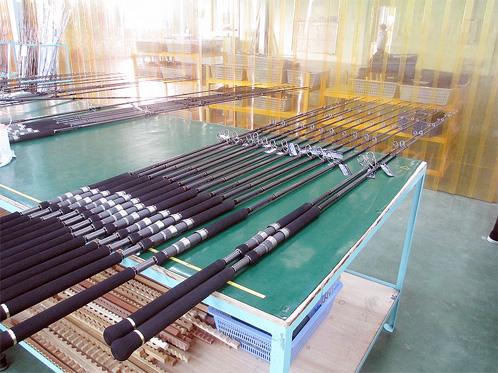Após terem superado os testes, as varas são alinhadas em uma mesa para inspeção final, feita uma a uma por inspetores instruídos pelo nível de qualidade japonesa.