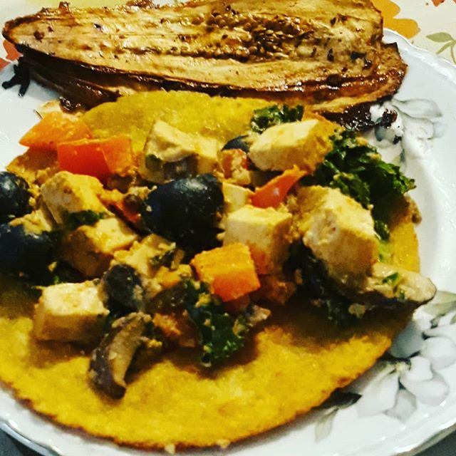 Taco night! 🌮 For a crazy good sauce, combine some tahini, garlic, cumin, one chipotle pepper in adobo sauce, nutritional yeast, and add water while processing to get the right consistency. Su boca va a quereme 😅👍 #yum #vegano #eat #spicyfood #fuerte  #makethingshappen #vegantacos
