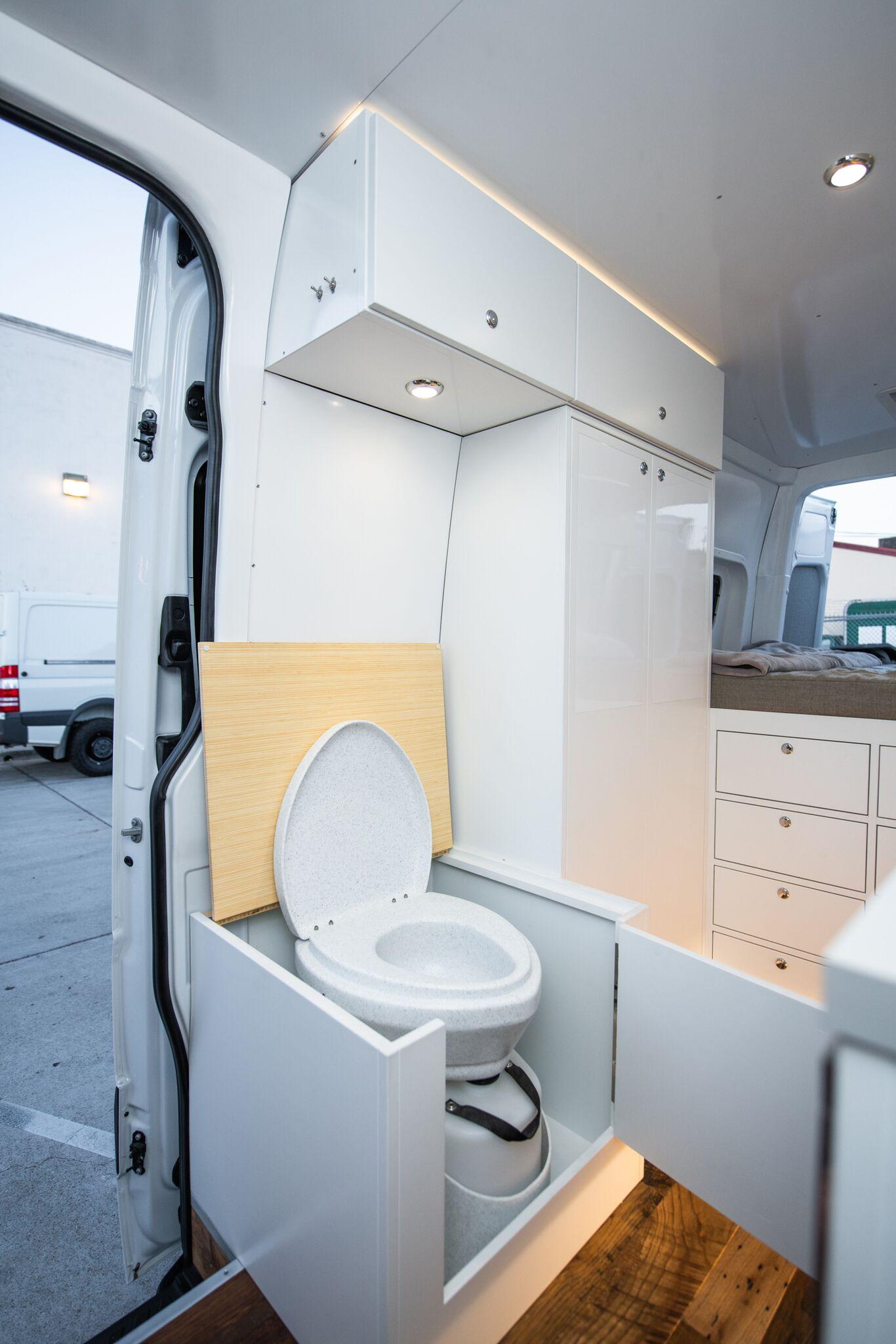 Natures Head Porta-Pottiin Enclosed Seating Area -