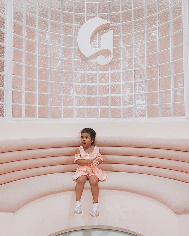 She was totally mesmerized by the @glossier pop-up ✨ Making all of her pink dreams come true, we even got a little lip gloss just for fun 😜