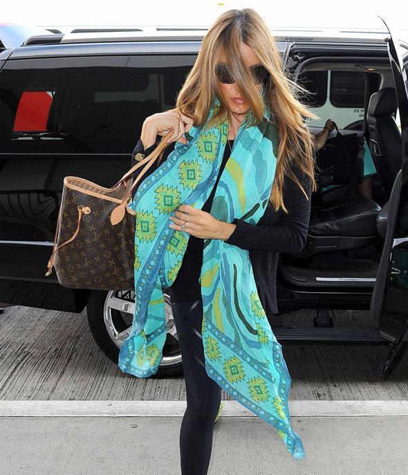 Sofia Vergara clutching her Louis Vutton Neverfull bag