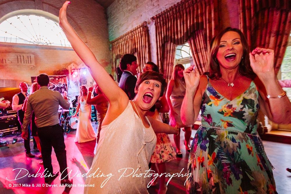Cliff at Lyons Wedding dancing guests