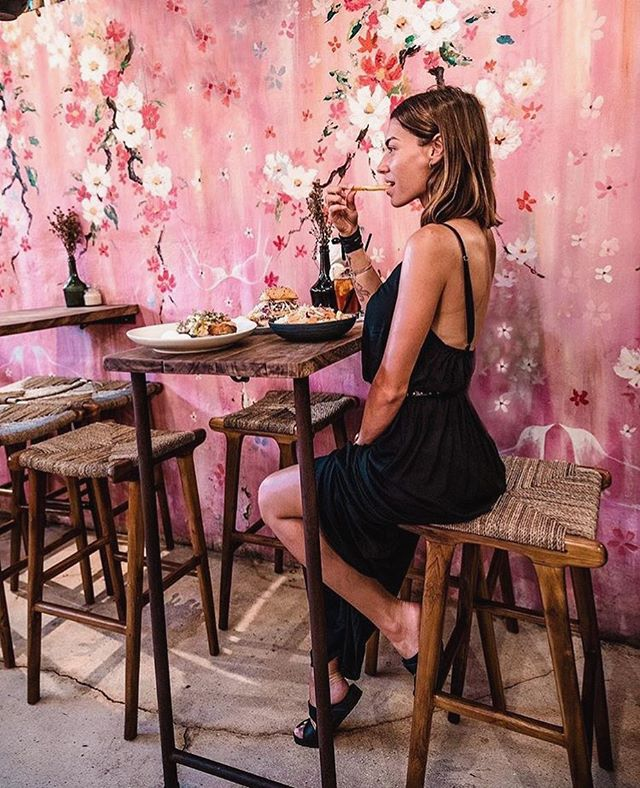 Come do as mega babe @chiarasbardellati did and feast with us in our picture perfect pink room 🌷🌸🌷🌸🌷
