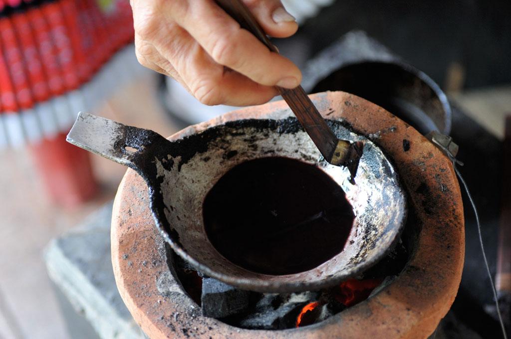 zu-xiong-master-of-hmong-batik-laos2