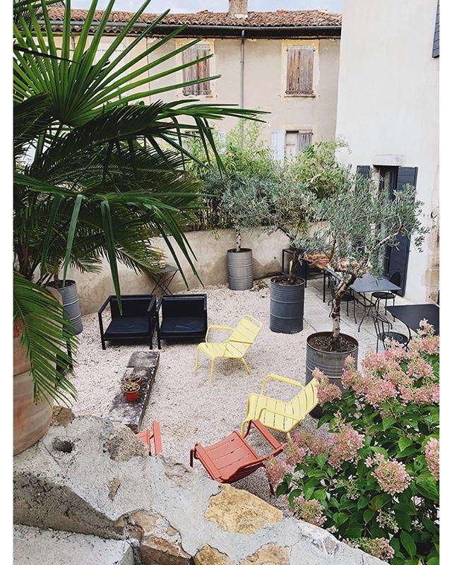 S E P T E M B E R -  Picture by our host @alex__wright . . . . . . #september #holidays #pool #swimmingpool #figuier #summer #guesthouse #maisondhotes #greatpicture #architecturelovers #destination #bluesky #naturelovers #merci