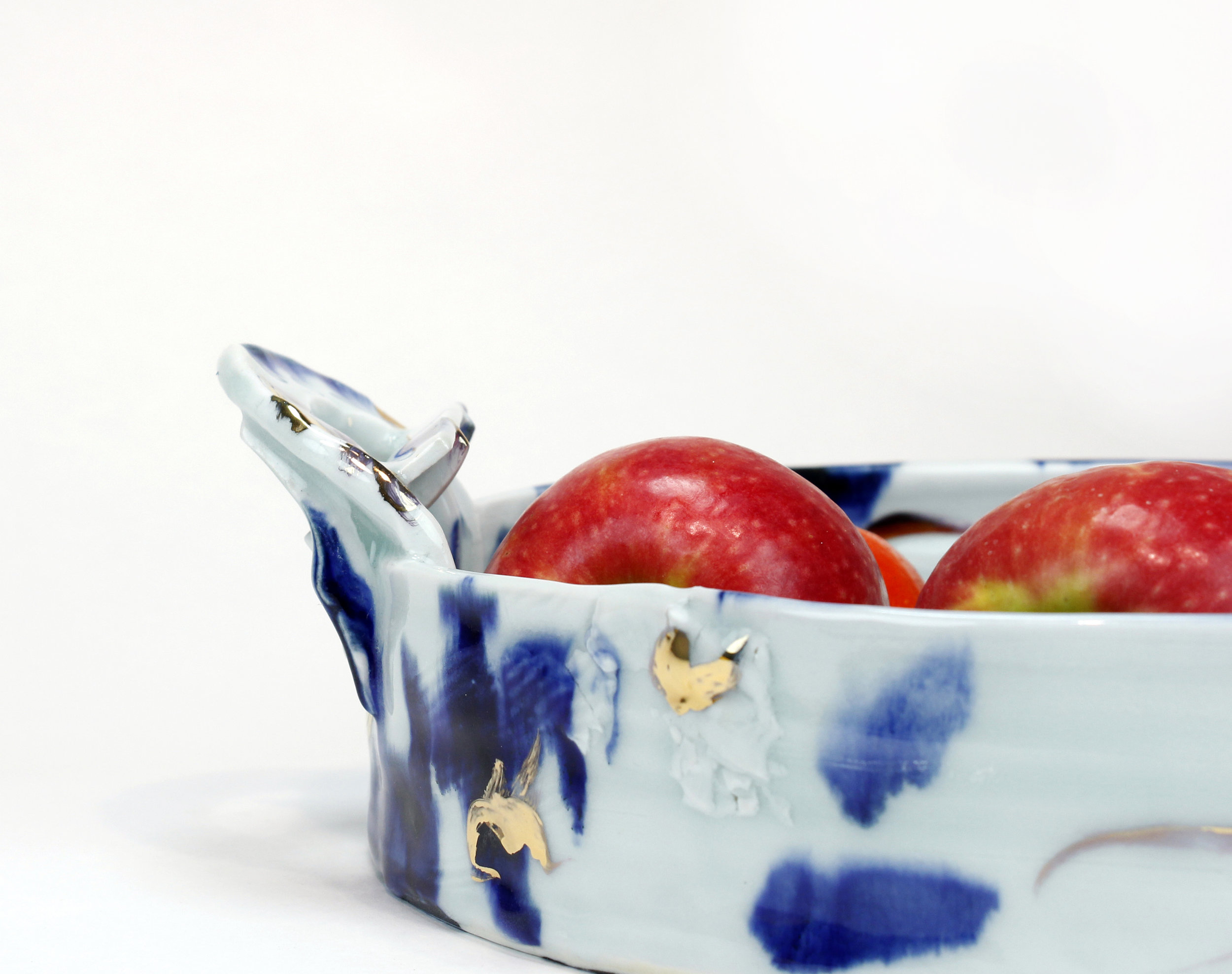 &Serve - &Serve is a line of functional porcelain pots, made for daily use or special occassions.Blue and White and Gold.