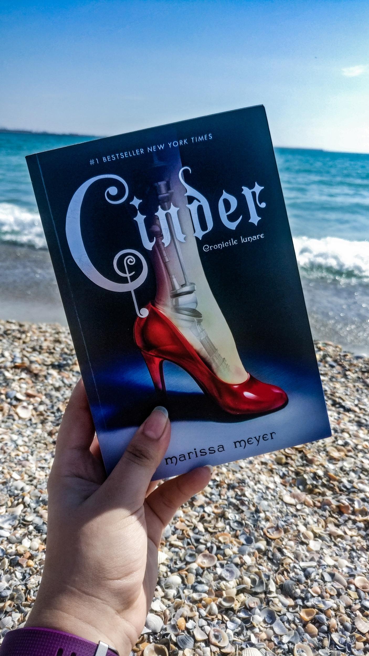 Coperta romanului Cinder la plajă la mare