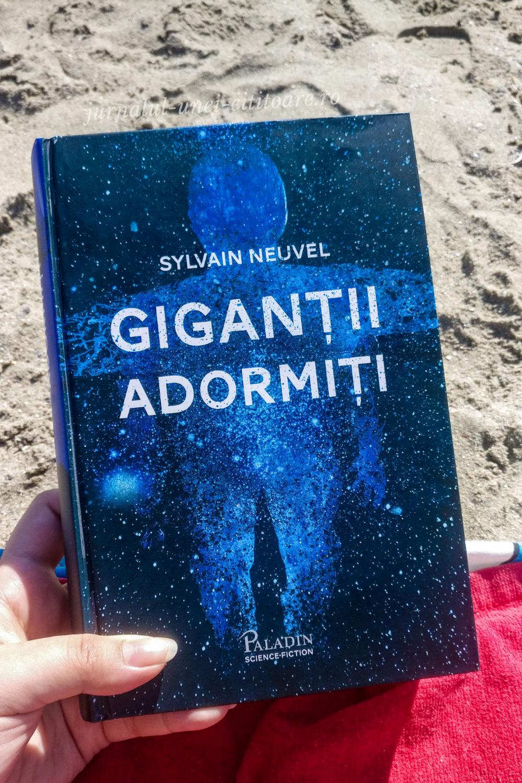 Coperta romanului Gigantii adormiți cu o plajă în fundal