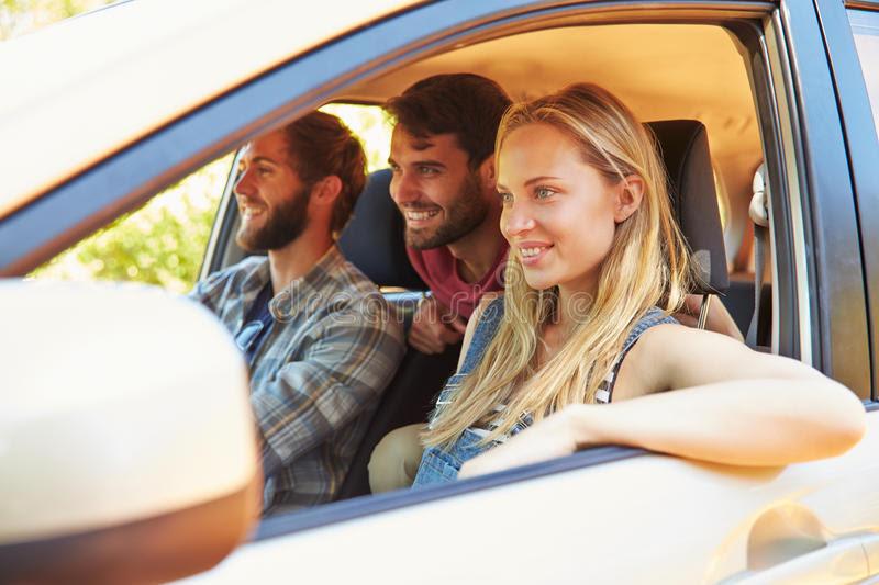 grupa-przyjaciele-w-samochodzie-na-wycieczce-samochodowej-wpólnie-59771173.jpg