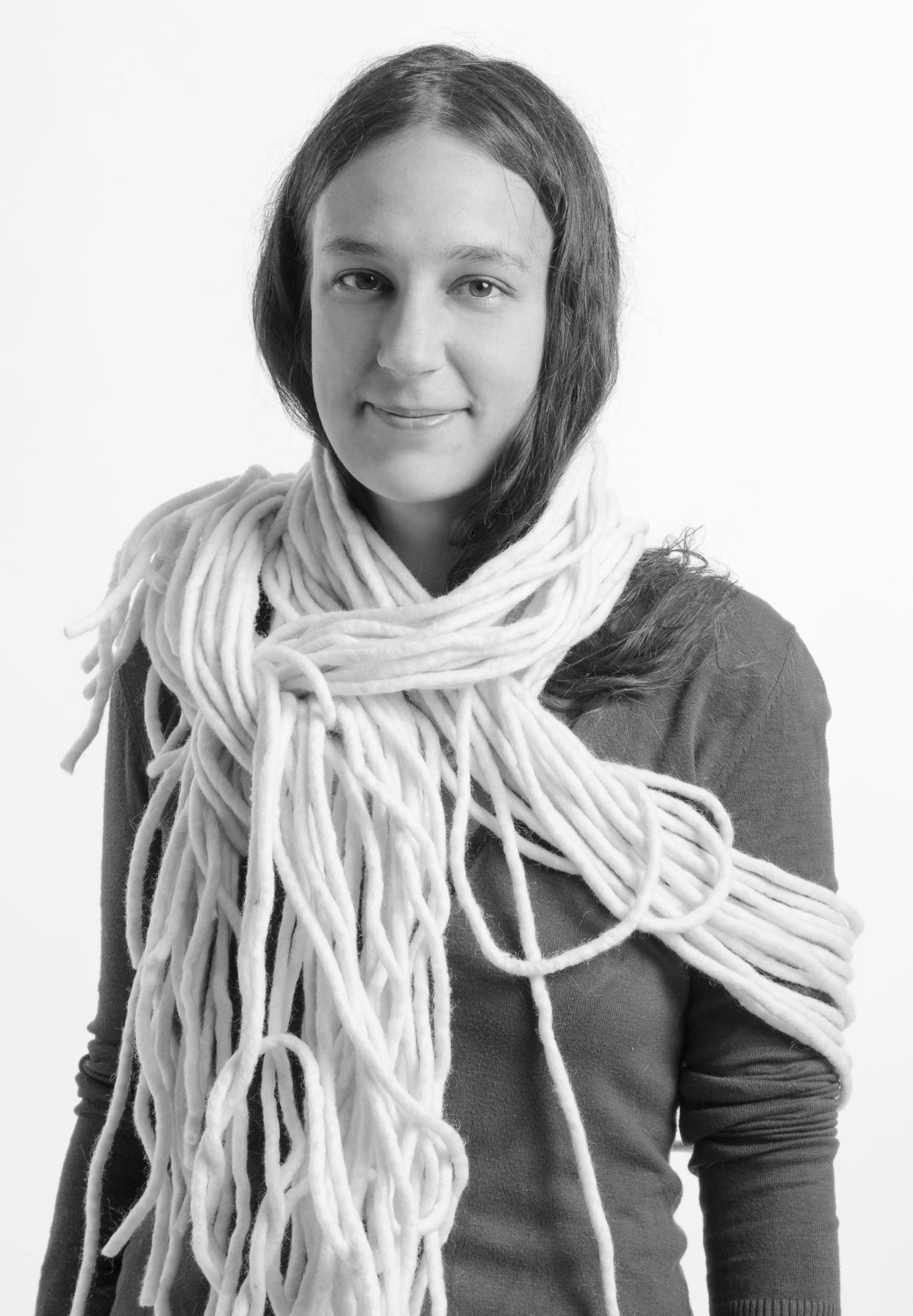 Lőrincz Lili Hanna - Telefon: +36 30 678 8878lorincz.hanna.tx@gmail.comAz alkotással töltött évek során leginkább a különböző struktúra képzési folyamatok irányába haladt. A szövés, hímzés, horgolás különösen közel állnak hozzá.
