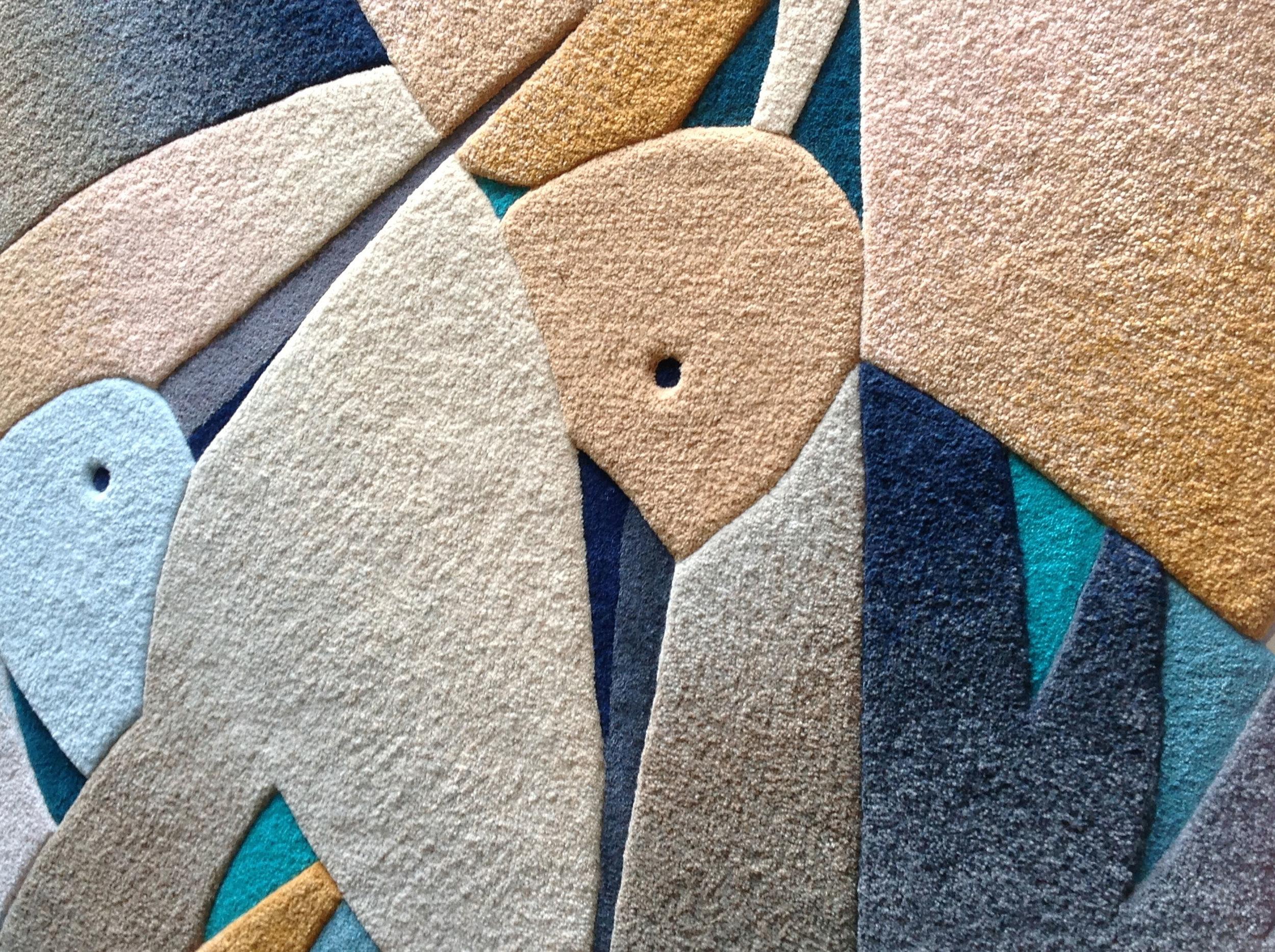 MADARAK - Termékismertető: Egyedi kézi tűzéses (hand-tuft) szőnyeg, 100 %-os gyapjúfonallal készült. A szőnyeg témáját a madarak szárnycsattogtató, egymással kötekedő világa ihlette, ahol néha a szárnyak, csőrök összeakadnak. A terv lényeges eleme a különböző foltok lendületes egymásba fonódása, mint ahogyan az a szárnyakkal történik. A kontrasztos szárnyvégek színátmenettel készültek, ezek a tűzött fonalkeveredések követik a lendületes, íves vonalakat. A madárszárny-forgatag kinyúlik a négyzetes formából, ami jelzésszerűen megjelenik a széleken. Az alapforma és a színes háromszögek alacsonyabbra vannak vágva.
