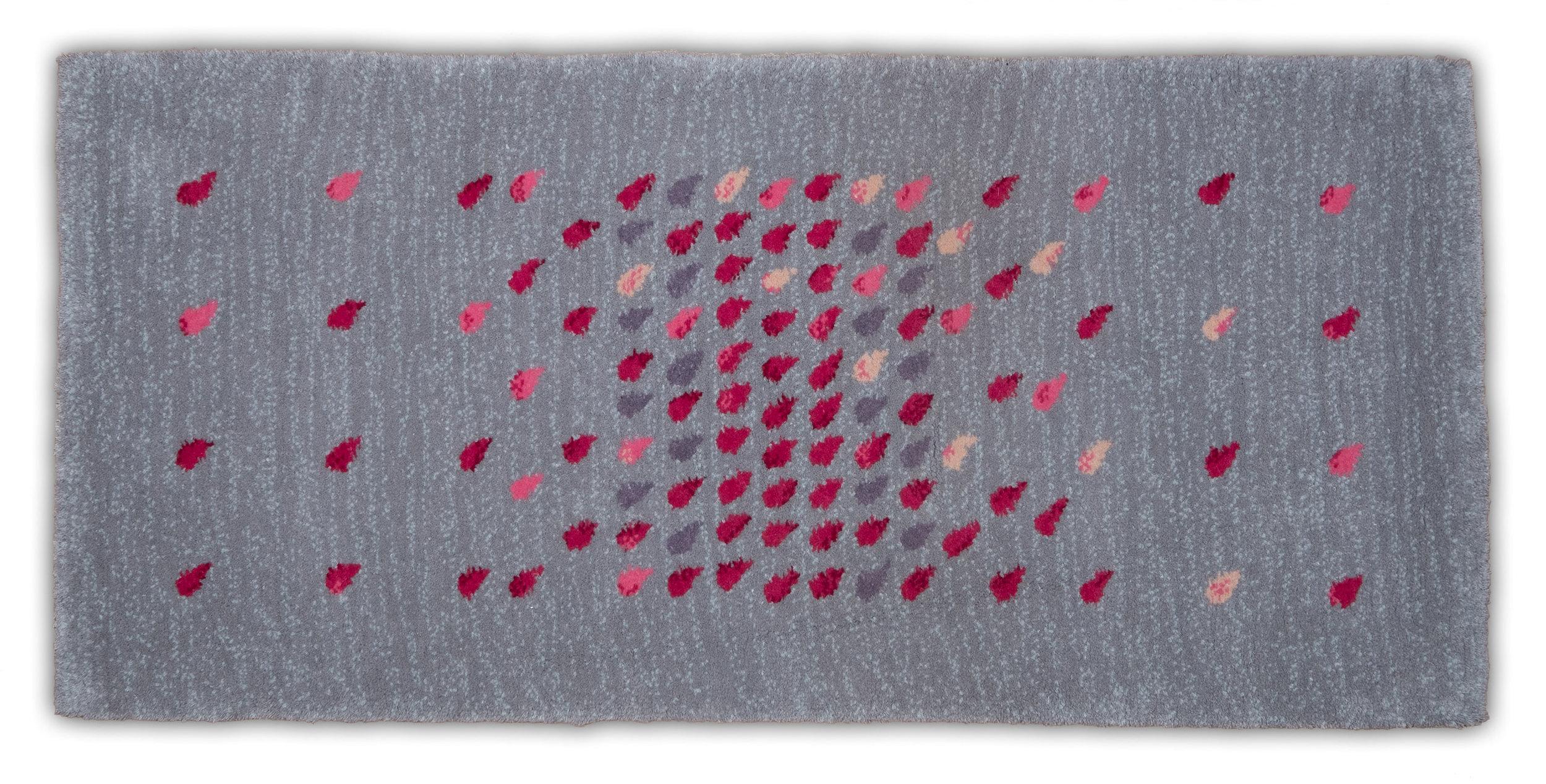 SZIRMOK - Tervező: Surján KornéliaGyártó: Art Kelim - BékésszentandrásMéret: 75 cm x 160 cmTechnika: Kézi csomózás – 50.000/nm csomósűrűségAnyaghasználat: GyapjúTermékismertető: Célom, hogy szőnyegemmel harmóniát vigyek a térbe a rózsaszínek és a szürkék lágyságával, a szirom motívumok elrendezésével és a csomózott felület eleganciájával.