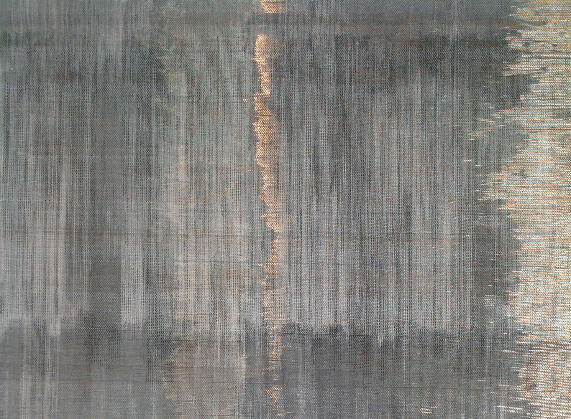 FÉMTEXTIL - Tervező: Kovács MónikaTermékismertető: A tervező a kortárs építészet és a textil lehetséges új kapcsolódási pontjait keresi. Kollekciójában tradicionális kézi szövésű technikákkal kísérletezik, s ehhez formabontó módon különböző fémszálakat használ. A szövetstruktúrát sárgaréz-, vörösréz- és acélszálak beépítésével alakítja ki. A felületet a szálak roncsolásával formálja. Az épített környezetben az időjárás változásainak kitett fémek korróziója nyomán új mintarétegek, sokszínű, organikus mintázatok jönnek létre. Ezen korrodált felületek direkt használata mára gyakran használt formanyelvé vált a kortárs építészetben. Ennek nyomán a tervezőt Steven Holl, Peter Zumthor építészek inspirálták. Munkáikon a természet eróziós hatását az idő, negyedik dimenzió megjelenítésére használják fel. Épületeiken a korrodált felületek díszítő elemként jelennek meg, ezzel létrehozva a tér-idő holisztikus egységét. Céljuk az idő-pillanat, a folytonos változás, azaz az időtlenség filozófiájának megteremtése.