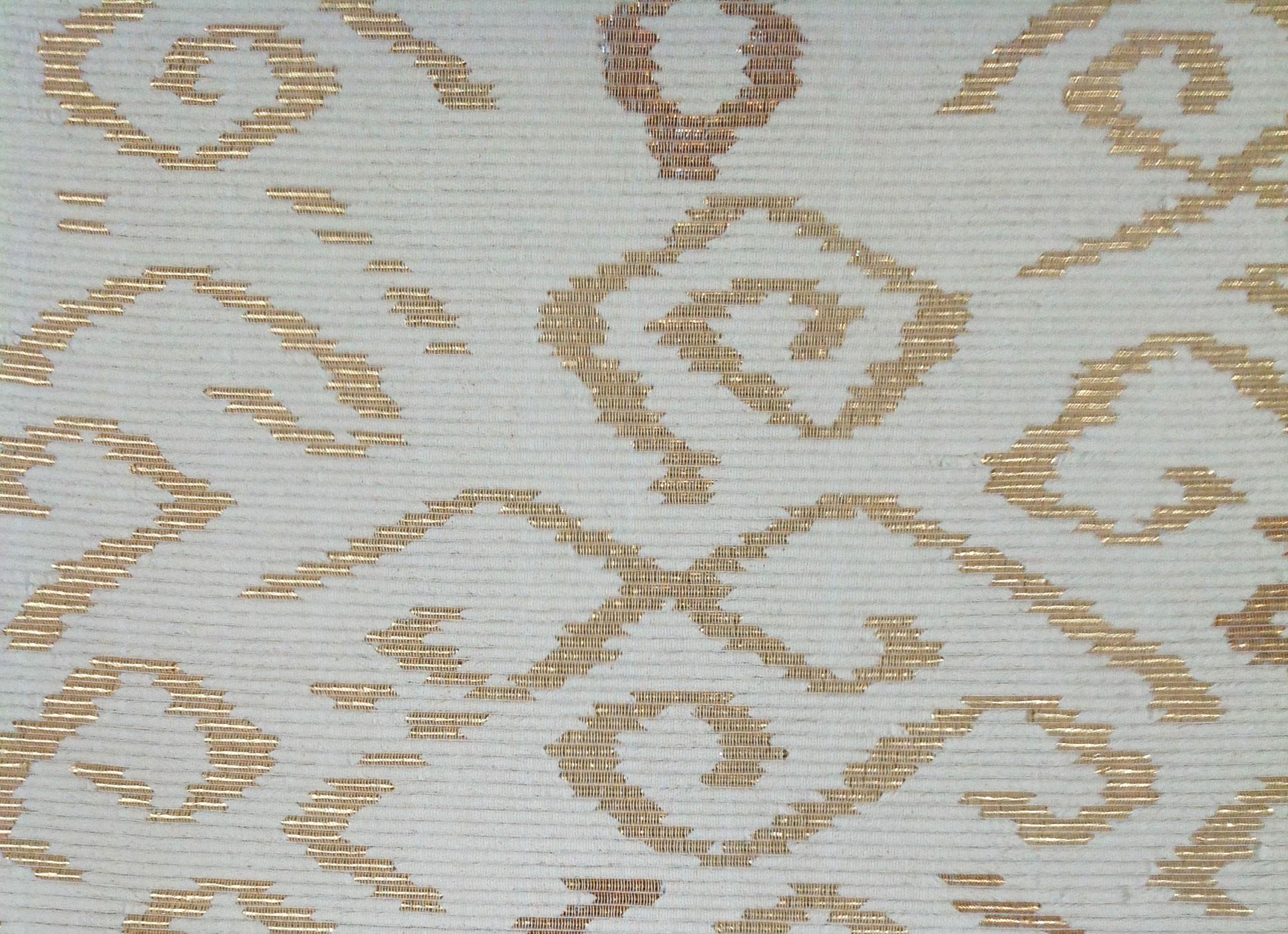 VÁLTOZÁS - Tervező: Pirók IrénrészletGyártó: Saját kivitelezésMéret: 220 cm x 100 cmTechnika: Vászonfelvetéssel készült egyéni technikaAnyaghasználat: Pamut, cordonett, aranyfóliaTermékismertető: 100-as bordán, pamut láncfonalon, többszálas cordonett vetülékkel szőtt termék. A vetüléket a terv szerinti helyeken arany fólia borítja.