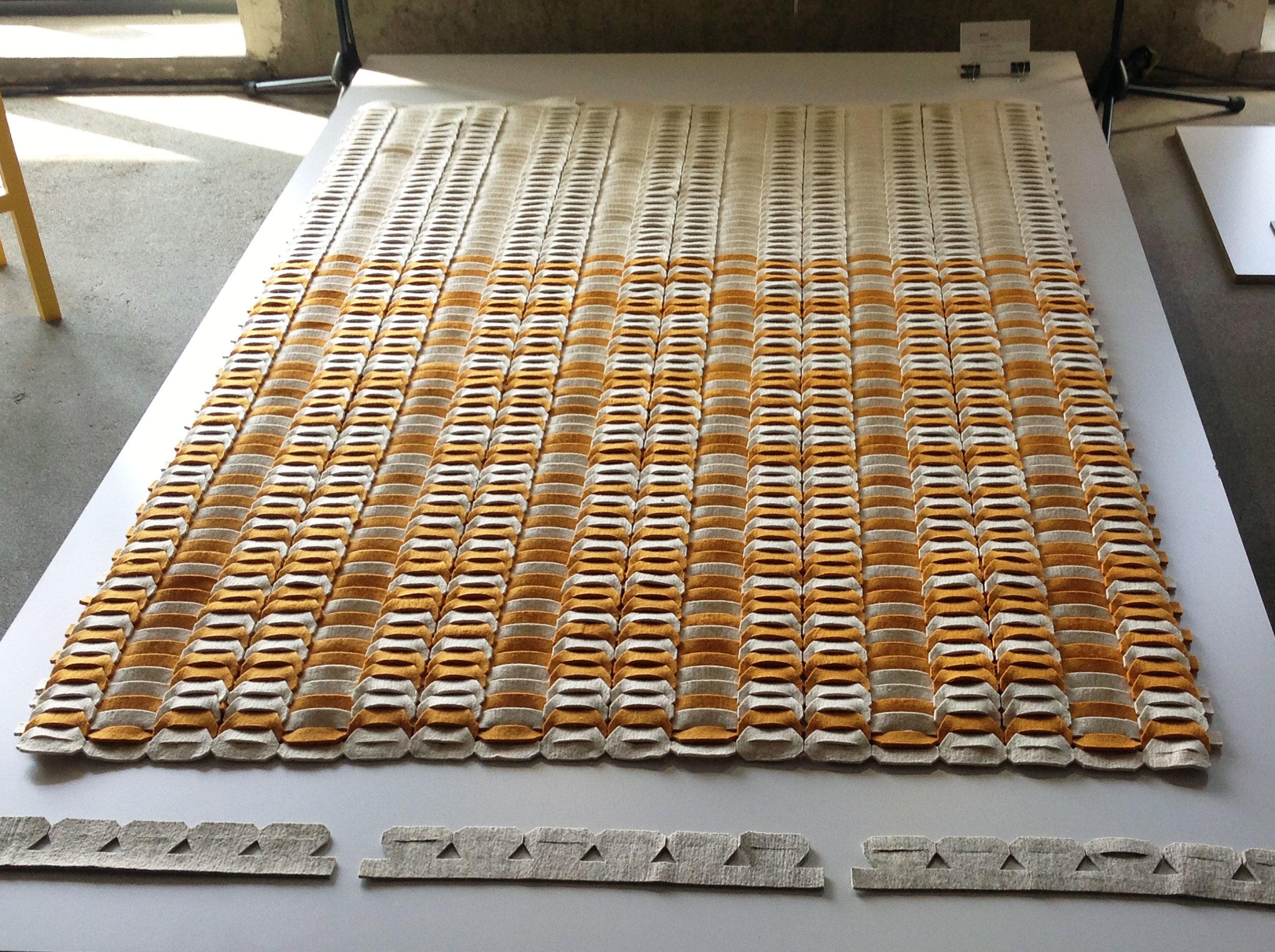 moly - Tervező: Zachar VikiGyártó: Multifelt Factory Kft.Méret: 150 cm x 300 cm – variálható elemekTechnika: egyedi technikaAnyaghasználat: 3mm-es idea gyapjú filc