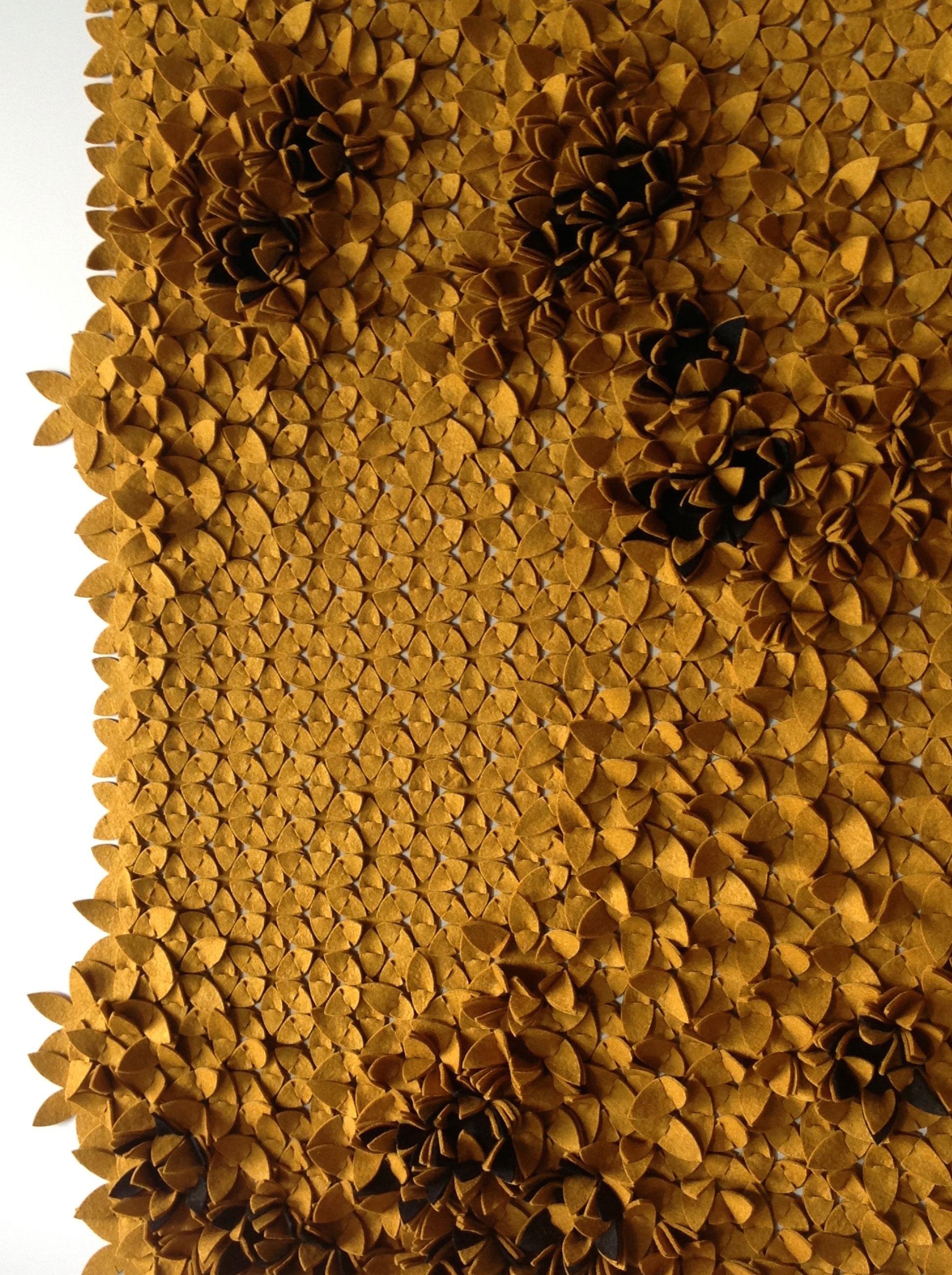 VIVOID - Tervező: Kalácska ZsanettTermékismertető: A Viovid tervezésének inspirációként a természet formavilága, különösen annak geometriája, ritmusa, szabályosan kapcsolódó mintázata szolgált. Célom a természet mintázataira reflektálva analóg felületek, szerkezetek létrehozása. A végtelenül sorolható elemek összekapcsolásával, csapolásával izgalmas felületek hozhatóak létre. A Viovid tetszőleges méretben használható falburkolatként, de térelválasztóként is. A gyapjú jól tisztítató, jó hang és hőszigetelő. Az összekapcsolt elemeket egy falra erősíthető fém váz tartja.