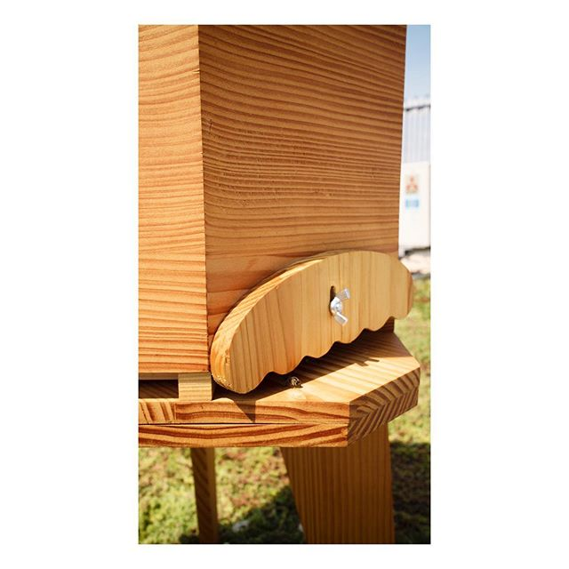 🐝/🚨/🏰/Eustache . . . . #ruche #beehive #bees #abeilles #rucheeustache #eustache #apiculture #🐝 #beekeeping #urbanbeekeeping #apicultureurbaine #rucher #miel #honeycomb #honey #🍯 #design #designer #productdesign #🔨 #🔧 #🔩 #toit #rooftop #roof #view #🏰