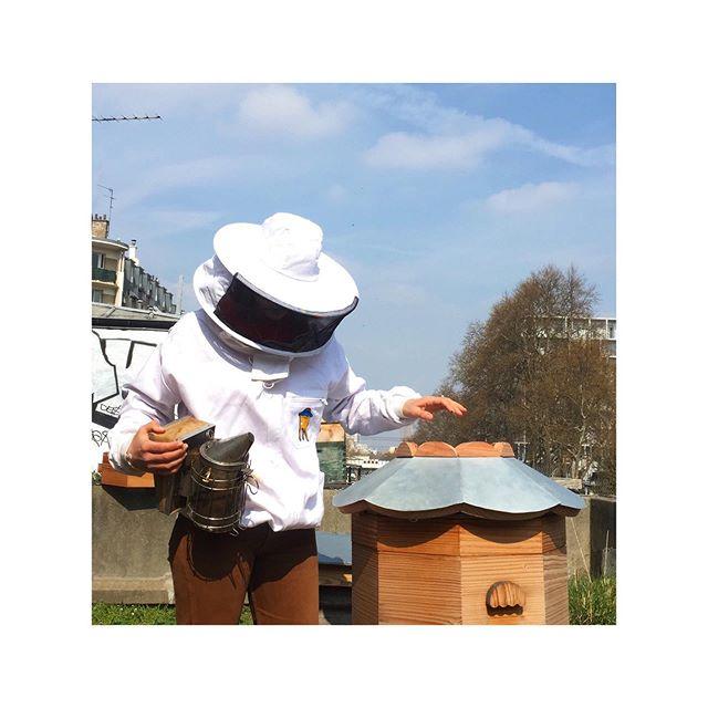 👐🏽/💙/🐝/🏰 @larecyclerie . . . . . . . . #ruche #beehive #bees #abeilles #rucheeustache #eustache #🏰#apiculture #🐝 #beekeeping #urbanbeekeeping #apicultureurbaine #rucher #miel #honeycomb #honey #🍯 #design #designer #productdesign #🔨 #🔧 #🔩 #toit #rooftop #roof #view