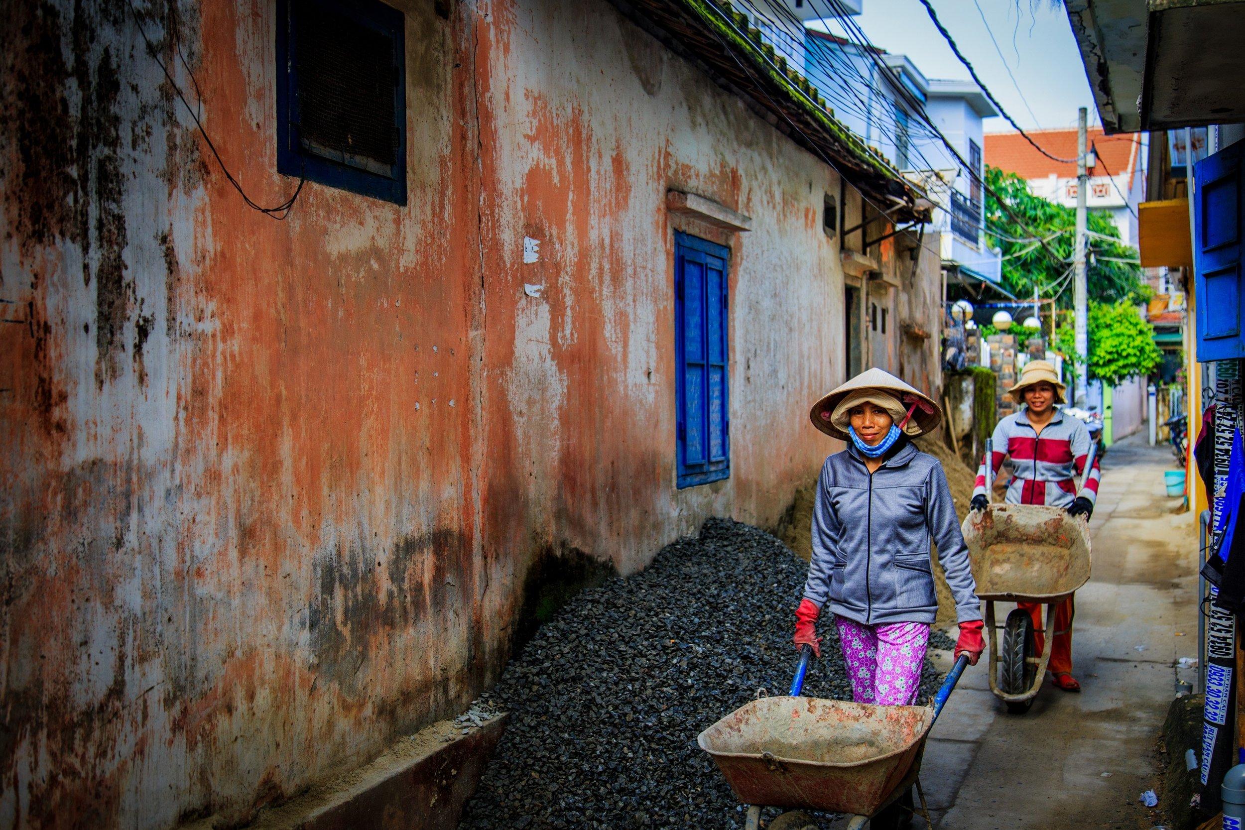 Adentrándote en Vietnam - Día 3.- Ho Chi Minh - Cao Dai - Cu Chi - Ho Chi MinhSalida temprana por carretera para cruzar los pueblos del sur hasta Tay Ninh, a 96 km de la ciudad de Saigon y capital de la provincia del mismo nombre. La ciudad de Tay Ninh alberga el gran Templo Cao Dai. El caodaismo es una de las religiones más originales que se practican hoy en día. Su doctrina es una combinación del Taoísmo, Budismo, Confucionismo, Cristianismo e Islam y su templo es una verdadera mezcla arquitectónica de todas estas religiones. Almuerzo en restaurante local. A continuación realizaremos la visita a los famosos túneles de Cu Chi: Los amantes de la historia no pueden perder la visita al distrito de Cu Chi, a unos 35 km al nordeste de Saigon. En los años 50, el Viet Minh excavó en esta zona una red de túneles que los Viet Cong ampliarían más tarde. Esta red, de más de 250 km, constituía a fines de los años 60 una auténtica ciudad subterránea con varios niveles, con sus dormitorios comunes, hospitales de campaña, fábrica y almacenes de armas, cocinas y centros de mando. Los Viet Cong llegaron a excavar hasta 12 metros bajo el suelo. Una sección de unos 50 metros está abierta a los visitantes, a la que se accede por una entrada que comunica con el túnel principal. Regreso al hotel y alojamiento en Ho Chi Minh City.