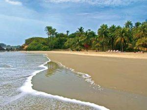- Nuestro Surfcamp está situado en la región de Casamance, concretamente en Cap Skirring, situado al sur de Senegal, entre Gambia y Guinea Bissau.Con un clima subtropical y unas playas enormes y perfectas para la práctica del surf, deporte aún desconocido en la zona, sus olas todavía están por explotar, ya que en toda la región sólo hay dos surferos, y como no, son miembros del staff.La temperatura media durante el invierno son los 30 grados y el agua del mar oscila entre los 23 y los 26 según los meses, la zona goza de clima subtropical con abundante vegetación y fauna autóctona, palmeras, arboles frutales etc.La temporada de apertura del Surf camp es de Octubre a Mayo, los meses que van de Junio a Septiembre son los de la época de lluvias, en estos meses se concentra el 99% de las lluvias anuales y son meses en los que las condiciones de las olas no son las mejores por lo que optamos por abrir sólo cuando las condiciones son las idóneas para el surf.