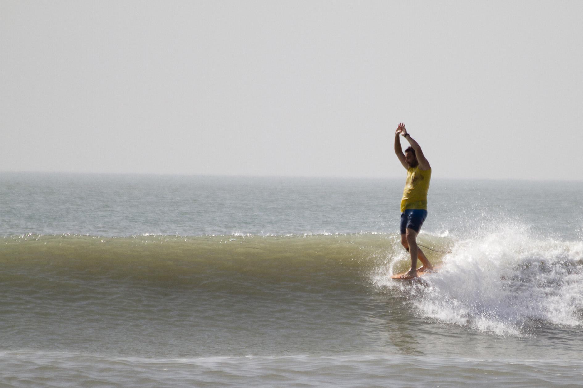 Escuela de Surf Marejada - La Escuela de Surf imparte las clases en las playas de la zona de Cap Skirring,Nuestra base esta en Le Petit Quartier, en Kabroussedesde donde nos movemos a dar la clase donde mejor convenga a nuestros clientes, ya sea en la playa de su hotel, o donde mejores condiciones haya en función de la marea, el viento, la fuerza del mar y el nivel de los alumnos.La temperatura ambiente de unos 30 grados de media durante toda la temporada que va desde Octubre a Mayo, el agua del mar, entre 23 y 26 grados.Tenemos catalogadas unas 20 zonas de olas de calidad, con orientaciones diferentes, lo que nos posibilita tener siempre alguna alternativa ante los cambios de dirección de las olas o el viento. Además estamos descubriendo olas cada mes, tenemos un outer bank que estamos checkeando, así como otras olas para ir en barco a zonas próximas que poco a poco iremos abriendo a nuestros clientes.