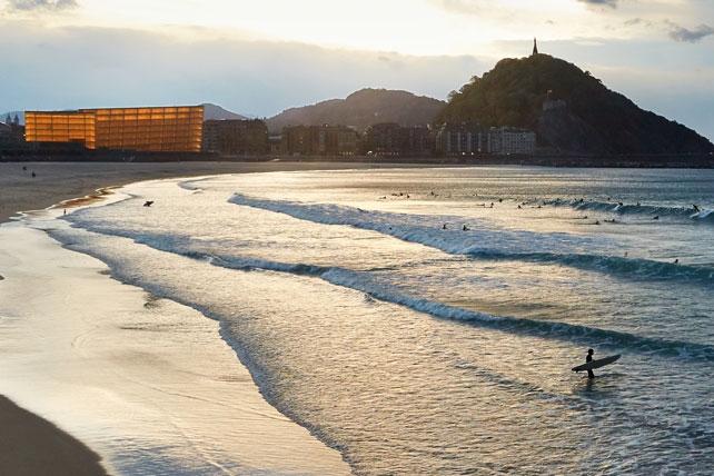 Surf a pintxo - Puedes alquilar tu tabla e ir a tu aire, o dejarte guiar por los expertos de la escuela de surf. Pero lo más importante es disfrutar de las preciosas playas de la zona, captar la esencia del mar y las olas, y disfrutar de los deliciosos pintxos de Donosti rodeado de la mejor compañía.