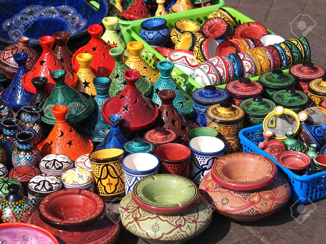 23564539-tajines-y-ollas-de-barro-en-el-mercado-en-Marruecos-Foto-de-archivo.jpg