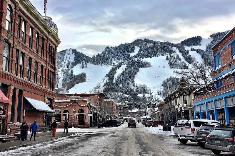 - Aspen, ubicado en el corazón de las Montañas Rocosas (al Oeste del Estado de Colorado),es un pueblecito típicamente americano, surgido de la fiebre del oro,que hoy en día debe su fama a poseer la Estación más conocida del mundo.